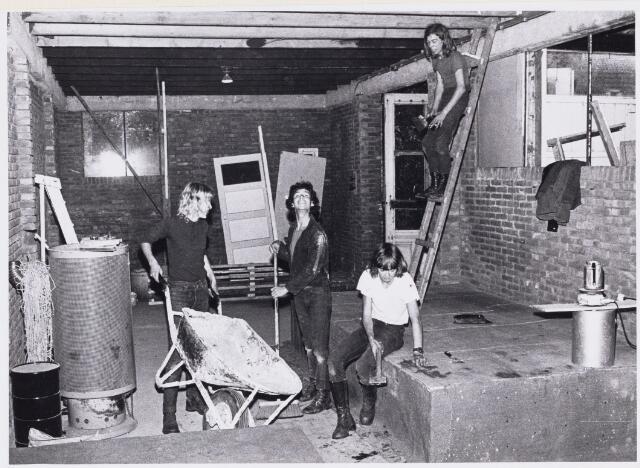 101193 - Jeugdsoos. Enkele jongeren zijn druk bezig met het opknappen van de soos.