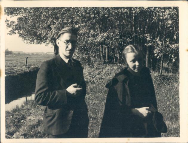 650752 - Brabants Studenten Gilde. Onze Lieve Vrouw van de Goede Duik, kapel. Landgoed Moerle van de familie Van Nunen. Op de foto links Sjef van Delft, rechts waarschijnlijk een studente.