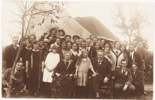 052088 - Hoger Voortgezet Onderwijs. Katholieke studentenvereniging St. Leonardus. Op de voorgrond dr. H.W.E.  Moller (1869-1940), in 1912 stichter te Amsterdam van de Katholieke Leergangen (in 1918 naar Tilburg overgeplaatst). De leden van studentenvereniging St. Leonardus brachten de familie Moller een bezoek in hun huis Eik en Zon aan de Bredaseweg 371. Aanwezig is  dr. H.W.E.  Moller (ere-voorzitter van de Katholieke studentenvereniging St. Leonardus) met zijn vrouw en dochtertje in het midden van leden van de studentenvereniging.