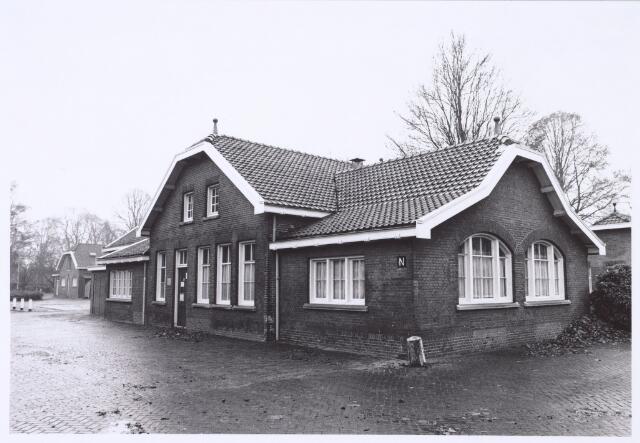 016381 - Gebouw op het complex van de Generaal Kromhoutkazerne waarin de tandarts, de militaire huisarts en de telefooncentrale waren gehuisvest