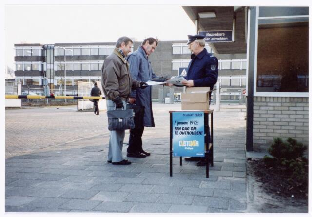 """039302 - Volt. Noord. Hulpafdelingen, Portiersloge. Bewakingsloge. Volt Noord, """"Customerday"""" op 7 januari 1992. V.l.n.r.: v. Beurden, Schreppers en Jan Muskens van de afdeling Bewaking."""