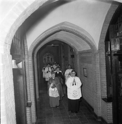 050395 - 4o-jarig bestaan van St. Josephstudiehuis van de St. Josephcongregatie van Mill Hill, gesticht door dr. Ahaus en gebouwd in de jaren 1914/1915 onder architectuur van Jan van der Valk. Het gebouw stond weldra bekend als 'de rooi pannen', tevens dr Ahaus herdenking.