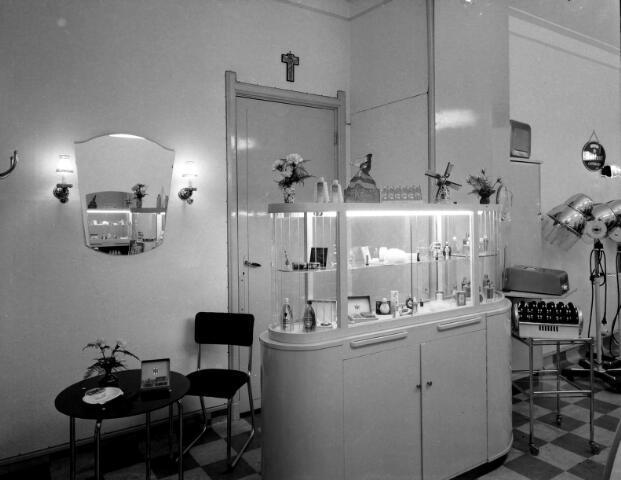 650550 - Schmidlin. Kapsalon Burgers aan de Besterdstraat 24, 1955.
