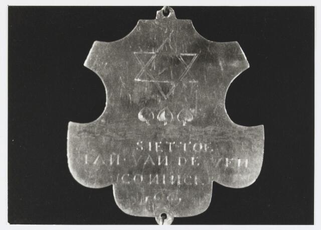 055669 - Detail van een koningsschild van de schuttersgilde St. Joris. Organisatie van een schuttersgilde  Als basis voor een gilde dienden de ordonnantien, bepalingen waarin de rechten maar vooral de plichten van de leden waren vastgelegd. Aanvankelijk bestond elk gilde uit 33 leden, een aantal dat op verzoek van St. Joris in 1612 werd uitgebreid tot 41. Een nieuw lid diende voor de magistraat de schutterseed af te leggen, waarin hij beloofde te handelen naar de ordonnantie van het gilde. Schutter werd men voor het leven. Het lidmaatschap kon in principe alleen worden beëindigd indien men tot armoede verviel, buiten de jurisdictie van de stad ging wonen of zich vergaand misdragen had. Het lidmaatschap van de gilden was niet voor iedereen weggelegd. Alleen de hogere standen hadden toegang tot deze exclusieve kringen en ook financieel moest men in goede doen zijn. De meeste leden kwamen uit de gegoede burgerij, en waren vooral middenstanders en kooplieden. Het belang van de gilden blijkt uit het gegeven dat lidmaatschap van één van de drie gilden verplicht was gesteld om deel uit te mogen maken van de magistraat, het college van burgemeesters en schepenen (wethouders).