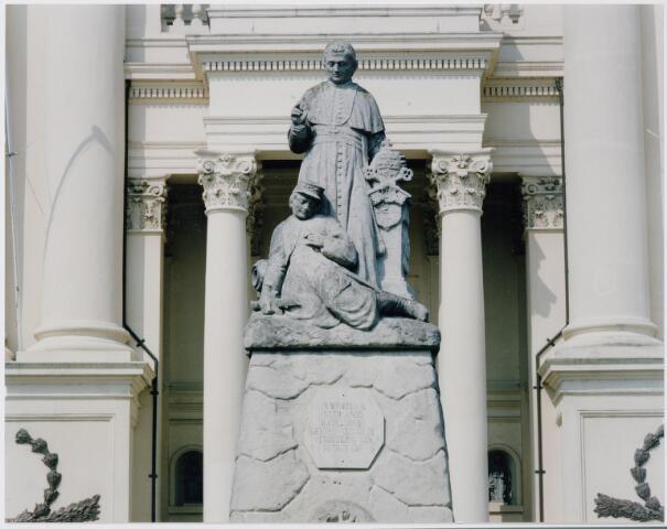 044808 - Standbeeld voor de gevallen zoeaven voor de basiliek te Oudenbosch.