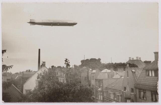 """041553 - Luchtvaart. de """"Graf Zeppelin"""" boven de Noordstraat in juni 1932. achtergrond met 4 schoorstenen Villa Kerstens 'De Vier jaargetijden'."""
