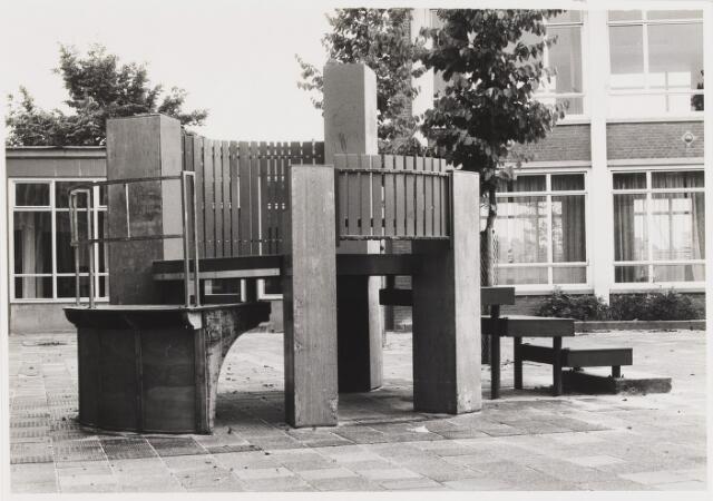 """067607 - SPEELOBJECT van hout en staal van de Amerikaanse kunstenaar Matthew FILIPOWSKI, geb. 1952. Lokatie: Openbare basisschool """"Leyevoorde"""", Berglandweg 5."""