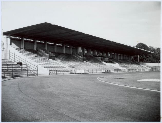 019749 - Hoofdtribune van het gemeentelijk sportpark aan de Goirleseweg