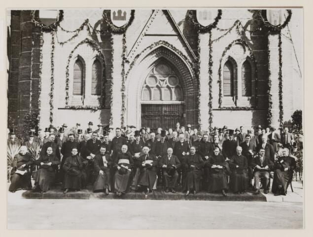 075450 - Onthulling standbeeld Pater Poirters (1926). zittend voorste rij 2e van links Pastoor van de Meijden, uiterst rechts Burgemeester Verwiel en pastoor Huijbers.