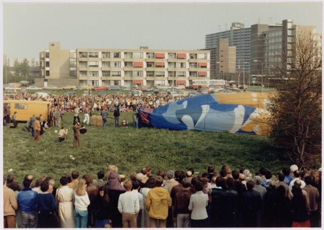 043184 - Nabij het Wagnerplein werden ballonvaarten gehouden b.g.v. koninginnedag 1980.