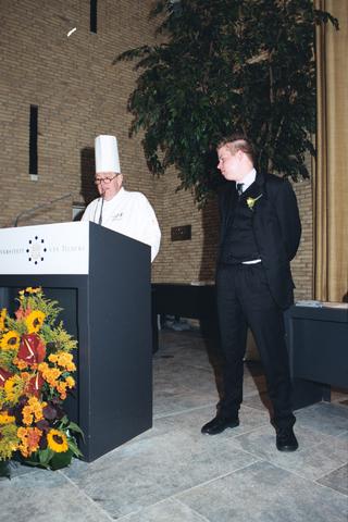 1237_003_294_016 - Scholen. De Rooi Pannen.De Rooi Pannen dankt zijn naam aan het karakteristieke klooster in Tilburg met de opvallende rode dakpannen. Het pand werd in 1914 gebouwd naar een ontwerp van Jan van der Valk. Allerlei opleidingen in het leerplein. Horeca uitreiking diploma 2003