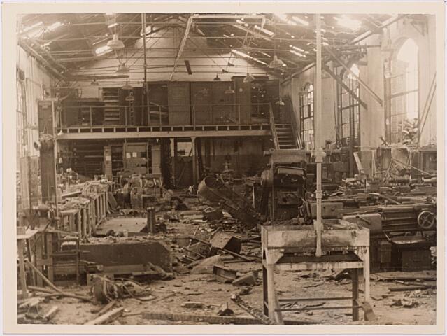 013158 - WOII; WO2; Tweede Wereldoorlog. Vernieling werkplaats NS. Enkele dagen na de landelijke spoorwegstaking in september 1944 bombardeerden de Duitsers de werkplaats van de NS. Dit bleef over van het interieur