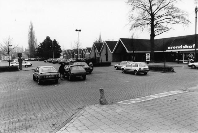 1238_F0357 - Parkeerplaats van winkelcentrum de Arendshof te Oosterhout