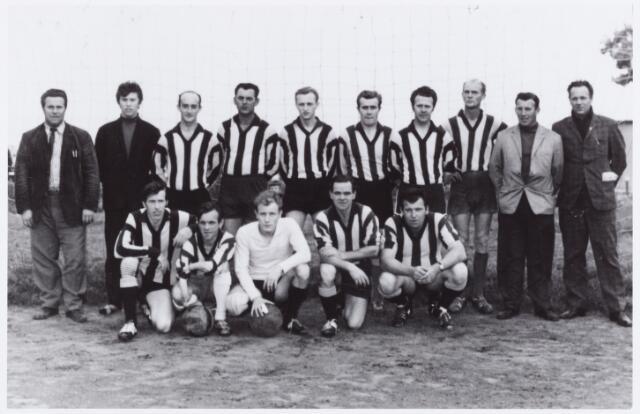 054218 - Sport. Voetbal, Top Boys,. Deze voetbalclub uit de wijk Broekhoven speelde in de zomeravondcompetitie. Op de foto zzittend v.l.n.r. J.v.d.Sande, F. Bruurs, Th. Holzkens, B.Zeegers en M.van Veen.