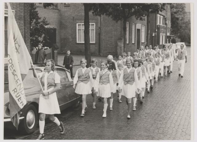 082112 - Wandelsport. leden van wandelsportvereniging Cresendo uit op het Burgemeester Sweensplein in Rijen
