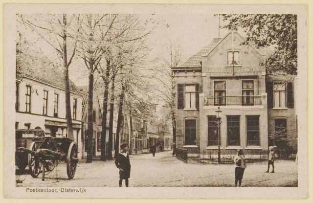 """073647 - Links de Kerkstraat. Het Koninklijk Postkantoor is als enige in het land gehandhaafd toen de naam """"Koninklijke Posterijen""""werd vevangen door het """"Staatsbedrijf der Posterijen""""."""