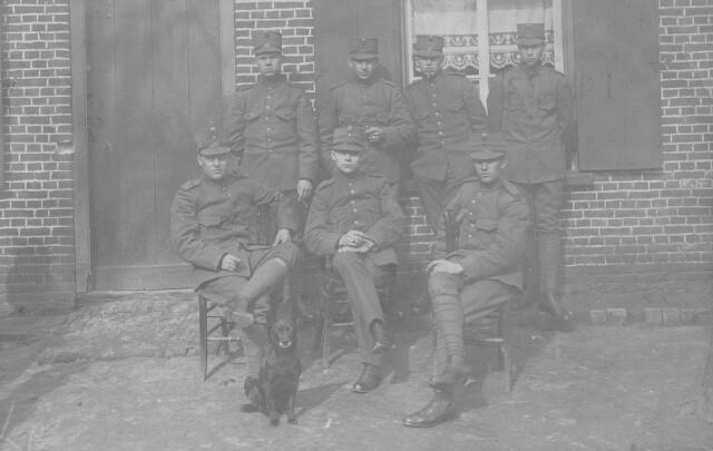 066041 - Nederlandse militairen ingekwartierd in Tilburg tijdens de Eerste Wereldoorlog.
