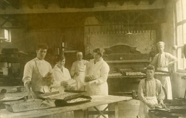 071716 - Interieur van bakkerij Klerks aan het Smidspad. Van links naar rechts Jos de Kroon, begon na zijn huwelijk een eigen bakkerij aan de Houtstraat, Mien van Huijkelom, geboren te Tilburg op 28 maart 1908,  op de achtergrond bakker Willem Klerks, Anna Laureijsen, Jan de Kort en De Beer. De laatste was woonachtig in de Trouwlaan.