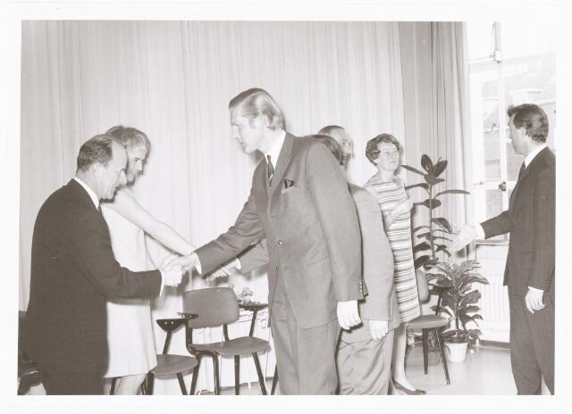 039282 - Volt. Zuid. Directie, Management, Receptie. Directie-wisseling op 1 april 1970 met v.l.n.r.: Ir. A. v.d. Bos, de nieuwe directeur, Mevr. v.d. Bos,   Bart Diks bedrijfsleider van de afdeling spoelen, Ir. G.W. v. Alphen, de scheidende directeur, Mevr. v. Alphen en Frans Eijsermans, afdelingschef productie of fabricage Spoelen.