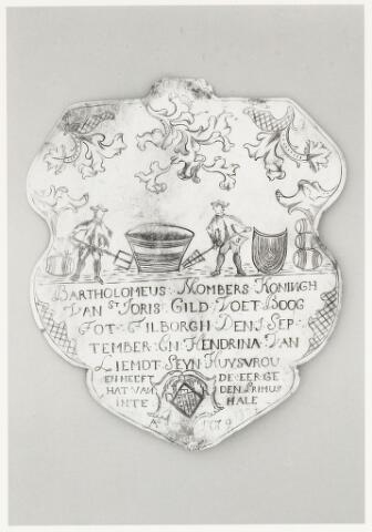 067028 - Schuttersgilden. Gilde Sint Joris. Koningsschild van Bartholomeus Mombers geboren Tilburg 3 oktober 1742, overleden Tilburg 20 december 1813. Brouwer en tapper in de bierbrouwerij annex café De Vos en De Craen.