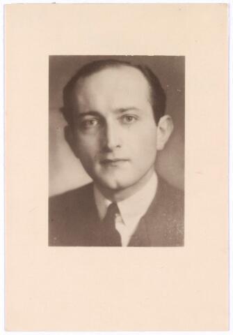 604477 - Bidprentje. Tweede Wereldoorlog. Oorlogsslachtoffers. Robert Franciscus A.I. van Spaendonck; werd geboren op 30 juli 1916 in Tilburg en overleed op 26 mei 1944 in de Drunense Duinen.  De voorgenomen aanslag op Piet Gerrits kon helaas geen doorgang vinden en leidde tot de terechtstelling van vijf Tilburgers waaronder textielfabrikant Rob van Spaendonck. Hij werd door de Duitsers gezien als de drijvende kracht van de groep en werd als laatste aangehouden in Tilburg. Tijdens de zitting in kamp Haaren werd de hele groep ter dood veroordeeld en op 26 mei 1944 werden zij geëxecuteerd in de Drunense Duinen. Waar zij begraven liggen was tot heden onbekend alhoewel men sinds kort wel een vermoeden heeft van de ligplaats van hun graven. De overlijdensakten werden in Tilburg opgemaakt.