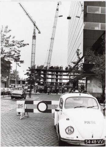 032670 - Zijgevel van het nieuw gebouwde gemeentelijke administratiegebouw aan het Stadhuisplein 130 met op de achtergrond een nieuwbouw aan de Katterug
