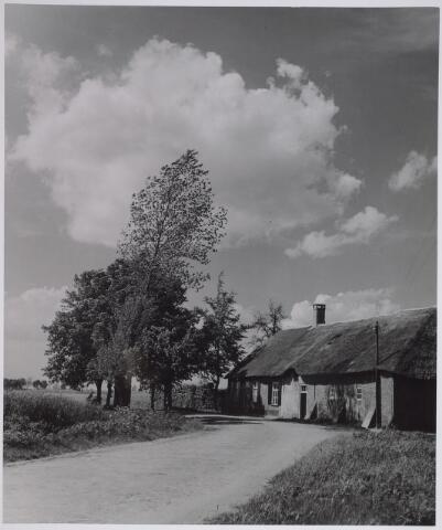 026503 - Boerderij van C. Vromans aan de Moerstraat.  In de Tweede Wereldoorlog is een gedeelte van de boerderij weggeslagen door een V-1.