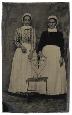 092352 - Klederdracht. Twee onbekende Tilburgse dienstboden. Zij dragen een zogenaamde Bossche muts. Ferrotypie.