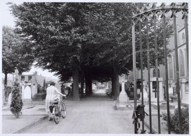 019086 - Ingang van het parochiekerkhof aan de Goirkestraat