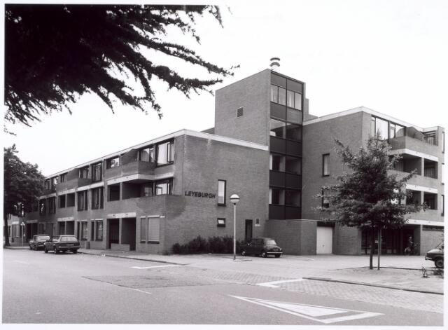 016690 - Bejaardencomplex Leyeburgh aan de Broekhovenseweg, gebouwd op de plaats waar vroeger de kerk van de parochie Broekhoven II stond