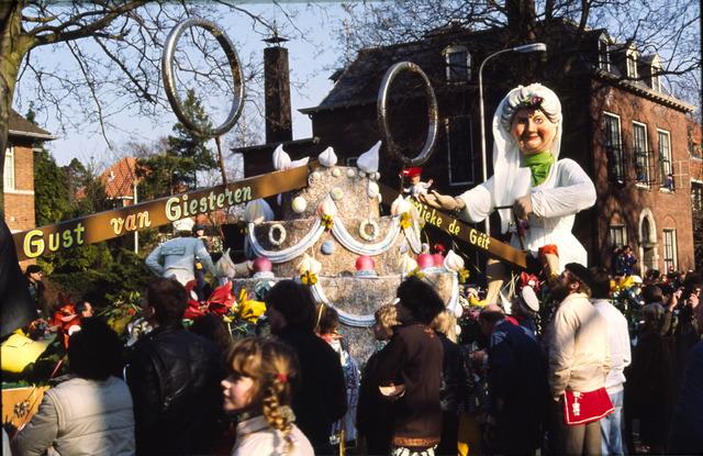 656410 - Carnavalsoptocht in Tilburg in 1982. Carnavalswagen met Gust van Giesteren en Mieke de Géit.