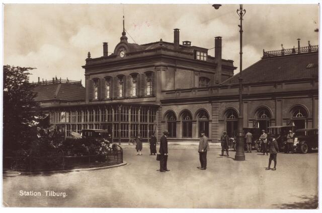 002242 - Station aan de Spoorlaan met rechts de taxi-standplaatsen. In oktober 1927 werd een standplaats taxivergunning verstrekt aan J. Klessens, P.C. en J. van Hugten, C. van Helvoirt, A. Mutsaers, H. de Rooij, C.M. Donders en G. v.d. Boom.