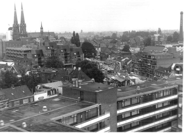 656640 - Tilburg kermis 1985-1988. Uitzicht Heuvelse Kerk, Piusstraat en BeKa schoorsteen