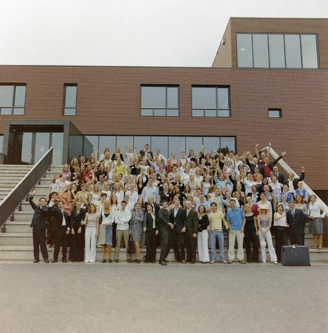 1237_003_296_001 - School. De Rooie Pannen. Groepsfoto diploma uitreiking 2003