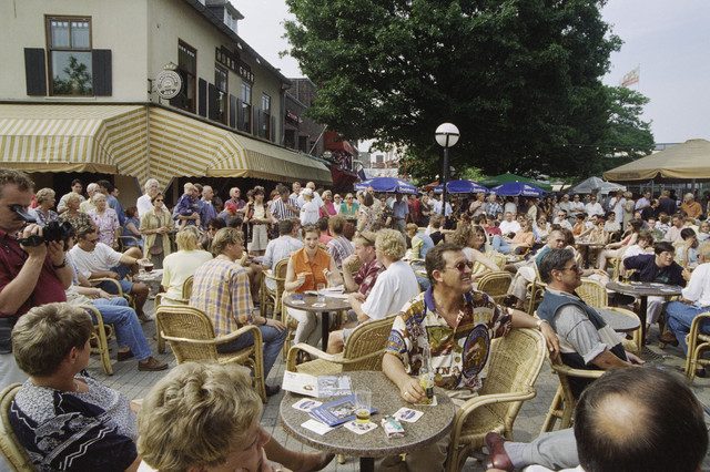 TLB023000869_001 - Waterfestival; bezoekers op een terras op het Piusplein.