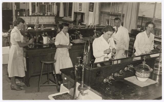 038947 - Volt. Zuid. Chemische Afdeling. Chemisch Laboratorium. Overzichtsfoto uit september 1948. Het Chemisch Lab. was gesitueerd op een bordes aan de noordzijde van gebouw M, boven de gereedschap-makerij.  Voltstraat heette toen nog Nieuwe Goirleseweg.
