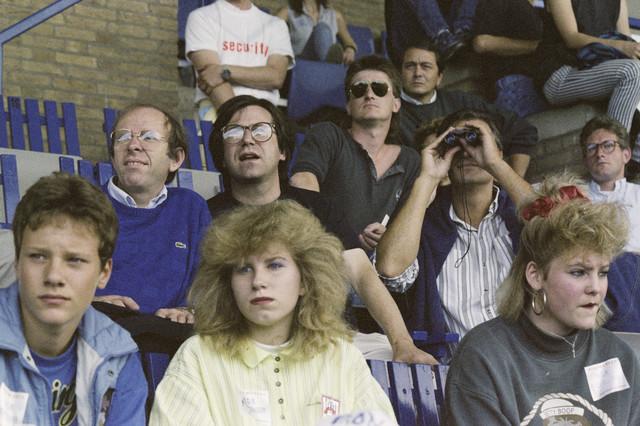 TLB023000013_004 - Bezoekers Rockfestival Monsters of Rock gehouden in het Willem II stadion. Onder de genodigden bevonden zich Wethouder Jan Timmermans (2e rij, 1e van links) en Wethouder Hans Krosse (2e rij, 3e van links)