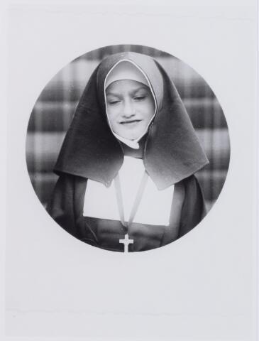 050033 - Zustertje spelen. Meisje verkleed als zuster van de Tilburgse congregatie van liefdezusters van O.L.V. Moeder van Barmhartigheid.  Foto uit ´Je Taalboek´ van frater Victor van Nispen.