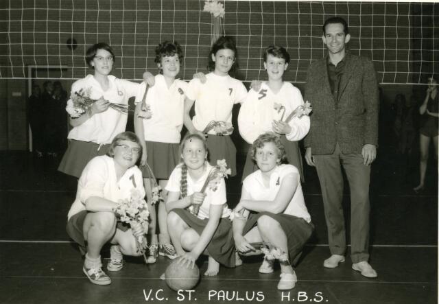 091991 - In sept. 1964 werd dit team van de V.C. St. Paulus H.B.S. kampioen bij de Jeugd Dames van de Ned. Volleybal Bond afd. Tilburg. Staande v.l.n.r.: Ineke vd Hout, May Heerkens, Elly vdr Heijden en Mariëtte de Swart. Zittend v.l.n.r.: Yvonne vd Schoot, M. Meeuwissen, Th. van Spaandonck.