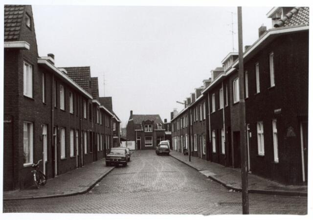 015055 - Bisschop Metziusstraat, gezien in de richting van de Groeseindstraat.