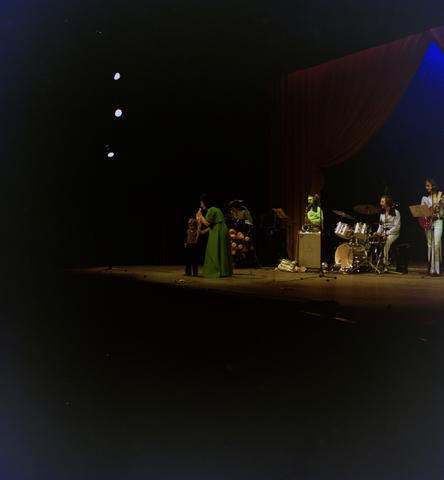 1237_009_626_001 - Amusement. Muziek. René Frijters en band. Op het podium met microfoon waarschijnlijk de zangeres zonder naam, Mary Servaes.