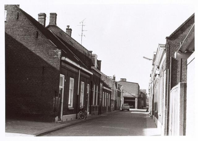 016971 - Van Bylandtstraat met op de achtergrond graan- en meelhandel Teurlings