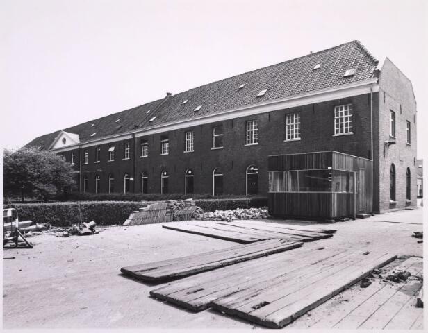 023321 - Kantoorgebouw aan de St. Josephstraat, gevestigd in de voormalige Lancierskazerne. Eerder was er de textielfabriek Van den Bergh - Krabbendam in gehuisvest, die begin 1968 de poorten sloot. In de zijgevel rechts bevindt zich een gedenksteen van Willem II