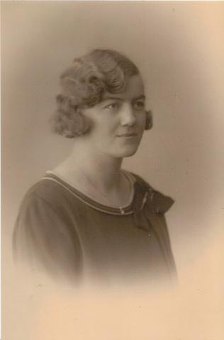 652687 - Mommers, Tilburg. Francisca Hermanna Gerharda Maria Pauline Linthorst, Cis, werd geboren in Wilp (Gelderland) op 16 januari 1907 en overleed in Tilburg op 13 januari 2000. Ze trouwde in Twello (Gelderland) met Henricus Joannes Desiderius Mommers, Henri, op 13 januari 1931. Henri Mommers werd geboren in Tilburg op 5 juni 1900 en overleed in Tilburg  op 7 november 1963. Hij was medevennoot van de Wollenstoffenfabriek H. Mommers en Zonen en daarna directeur van de Wollenstoffenfabriek Mommers Hunfeld tot 1939.