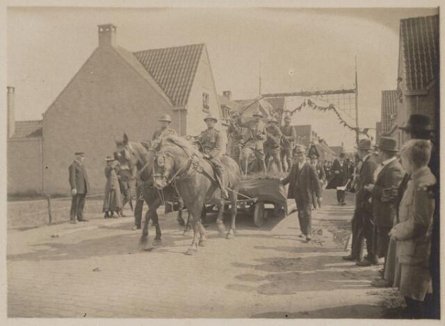 100199 - Huis van Oranje. Praalwagens tijdens het regeringsjubileum.