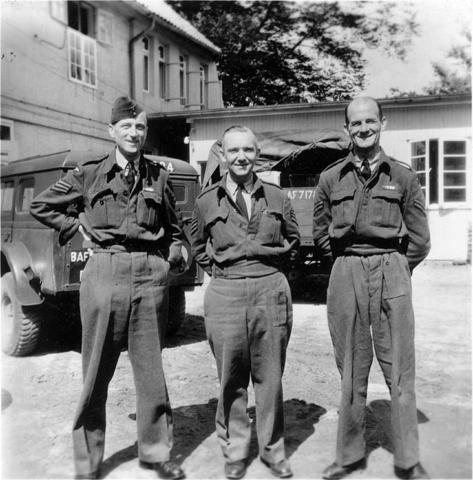 1709_0040 - Harry Franken (midden) als tolk bij de RAF 1944-45. Familie Franken-Donders