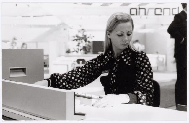 """039420 - Volt, Zuid. Hulpafdelingen, Administratie. Mw. v.Berkel-Meijers  afd. Administratie is van 17 tot en met 25 oktober 1972 op uitnodiging van P.E.N. (Philips Electrologica Nederland) als demonstratrice van de """"tape-encoder"""" X1109 en diverse randapparatuur op de Efficiëncybeurs in Amsterdam werkzaam geweest. Een en ander gebeurde tot volle tevredenheid van P.E.N.. Sinds december 1971 had Volt een dergelijk apparaat in gebruik dat alleen bediend werd door Mw v. Berkel."""