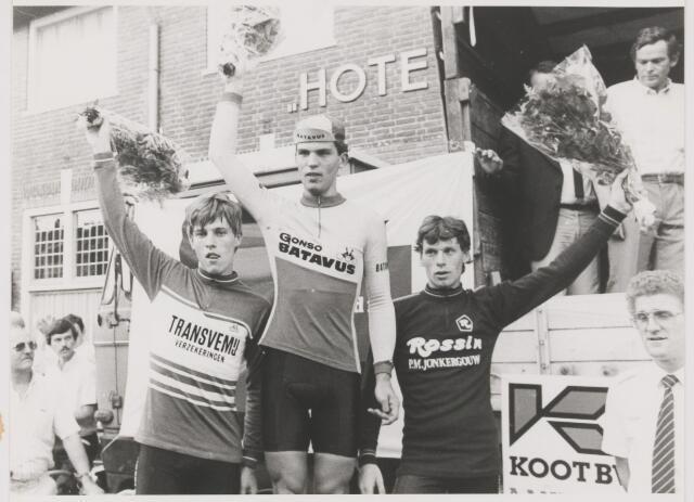 082124 - Wielrennen. Wielercourse `Hart van Gilze` huldiging winnaars. Rechtsonder op de foto Martin van Laarhoven