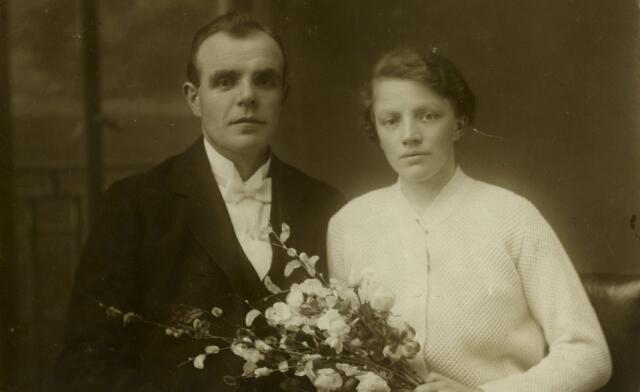 """082798 - Op 29 december 1924 trouwde te Goirle Johannes Hubertus (Jan) Hermans met Anna Maria Cornelia (Anna) van Dun. Hij was """"commies der rijksbelastingen"""" en werd geboren te Kessel op 25 juli 1893 als zoon van Hub Hermans en Sybilla Janssen. Hij overleed te Tilburg in het St. Elisabetziekenhuis op 26 augustus 1934. Zij werd geboren te Riel op 2 oktober 1895 en overleed in het St. Elisabethverpleeghuis te Goirle op 25 september 1971. Zij was een dochter van Piet van Dun en Trien van Boxtel."""