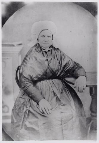 046011 - Johanna van Gorp werd gedoopt te Hilvarenbeek op 31 januari 1804 als dochter van landbouwer Cornelis van Gorp en Maria Catharina Spapens. Met haar ouders verhuisde zij naar Goirle, waar zij ging wonen in het 'Pannenhuijs'. In 1826 trouwde zij linnenwever Jan Baptist Rens uit Poppel en met hem woonde zij aan 'de Vismert'. Na zijn overlijden was Johanna van Gorp winkelierster. Zij overleed te Goirle op 1 augustus 1877.